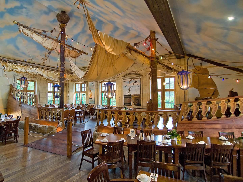 Essen im Piratenschiff